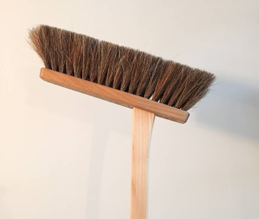 Iris Hantverk Iris Hantverk Tall Oiltreated Beech Dustpan and Horsehair Brush