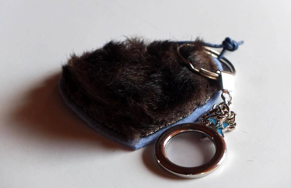 blaues Herz aus Filz mit Webpelz