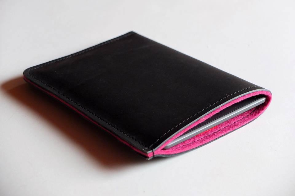 eBook Reader Tasche aus Filz und schwarzem Büffelleder