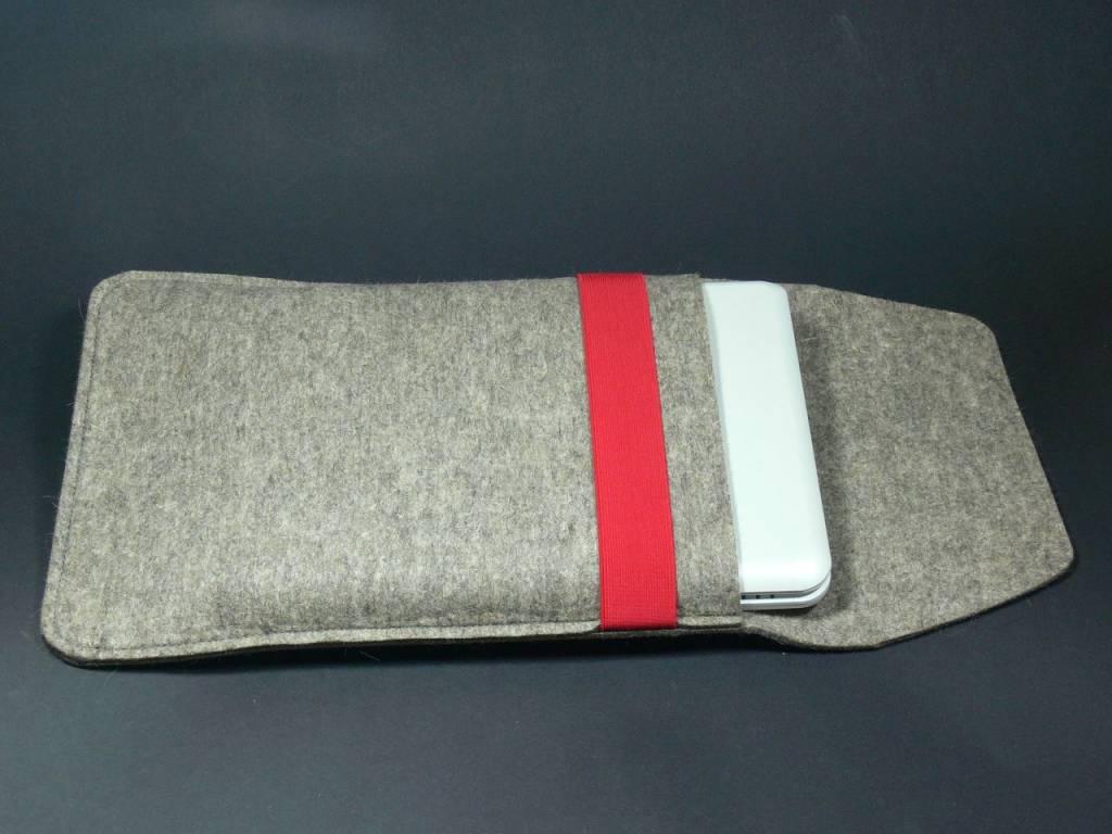 Notebookhülle aus grauem Wollfilz in 3mm Stärke mit rotem Gummiband