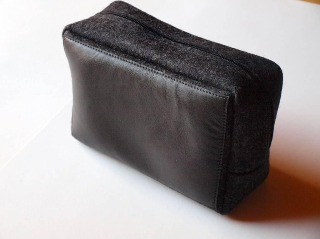 stylische tasche f r toilettenartikel aus leder und filz. Black Bedroom Furniture Sets. Home Design Ideas