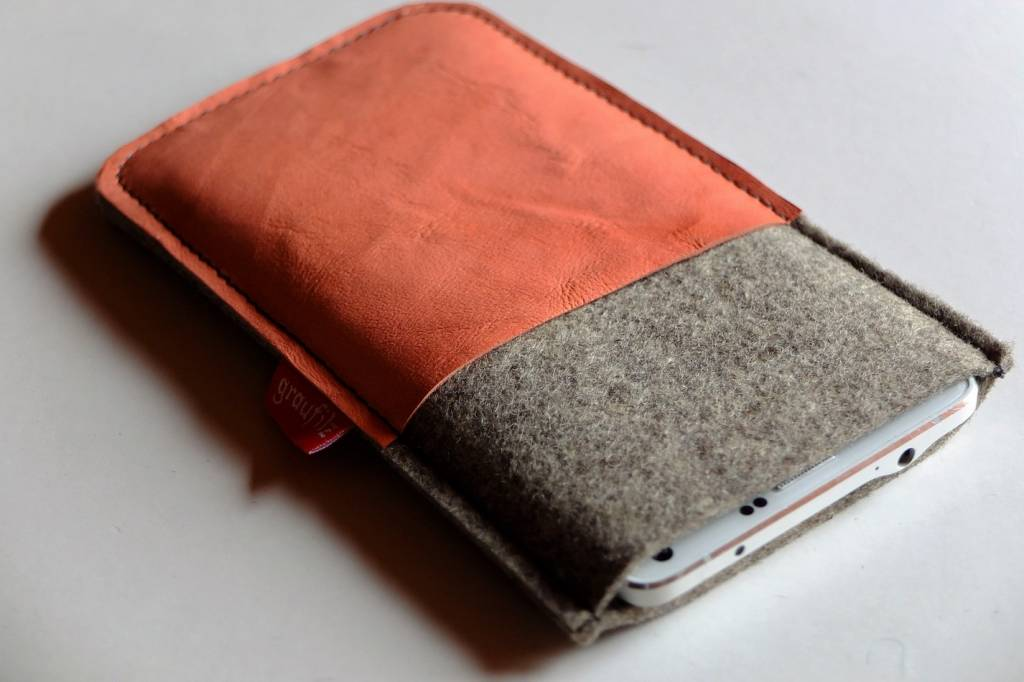 Smartphonetasche mit apricotfarbenem Leder