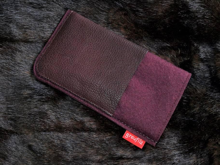 Smartphonetasche mit berryfarbenem Leder