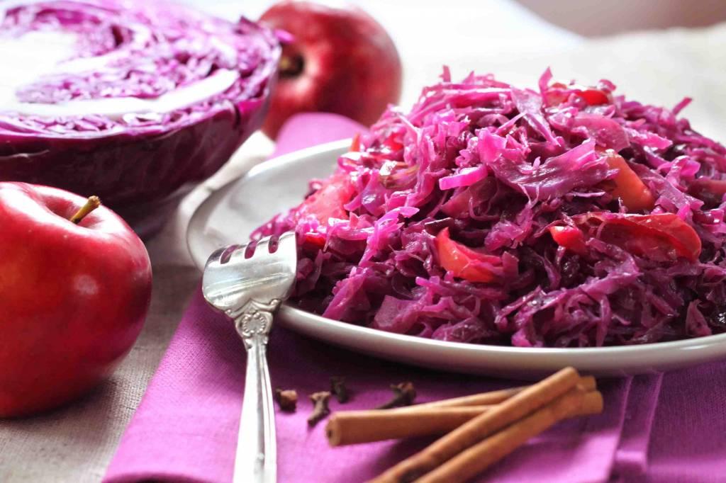 Rode kool met appeltjes, zacht gegaard stoofvlees, champignons en puree