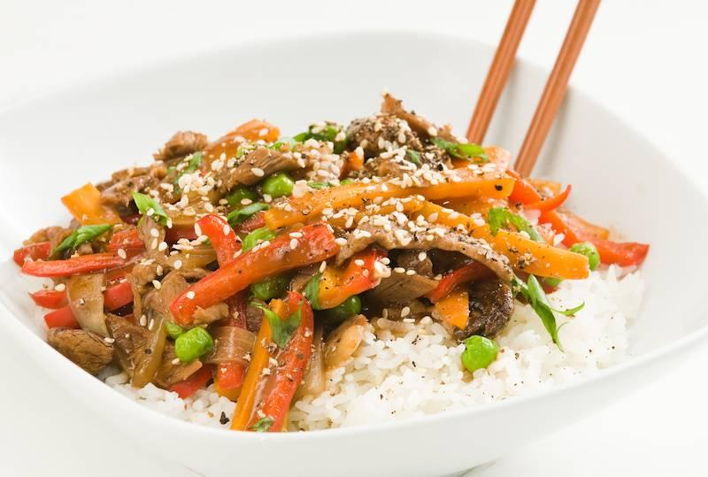 Ossenhaas met sesam, roergebakken groenten en rijst