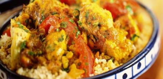 Oosterse kip met groenten, oosterse specerijen en couscous