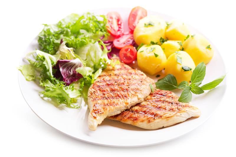 Kipfilet in jus, slasoorten met ei, dressing en gebakken aardappels