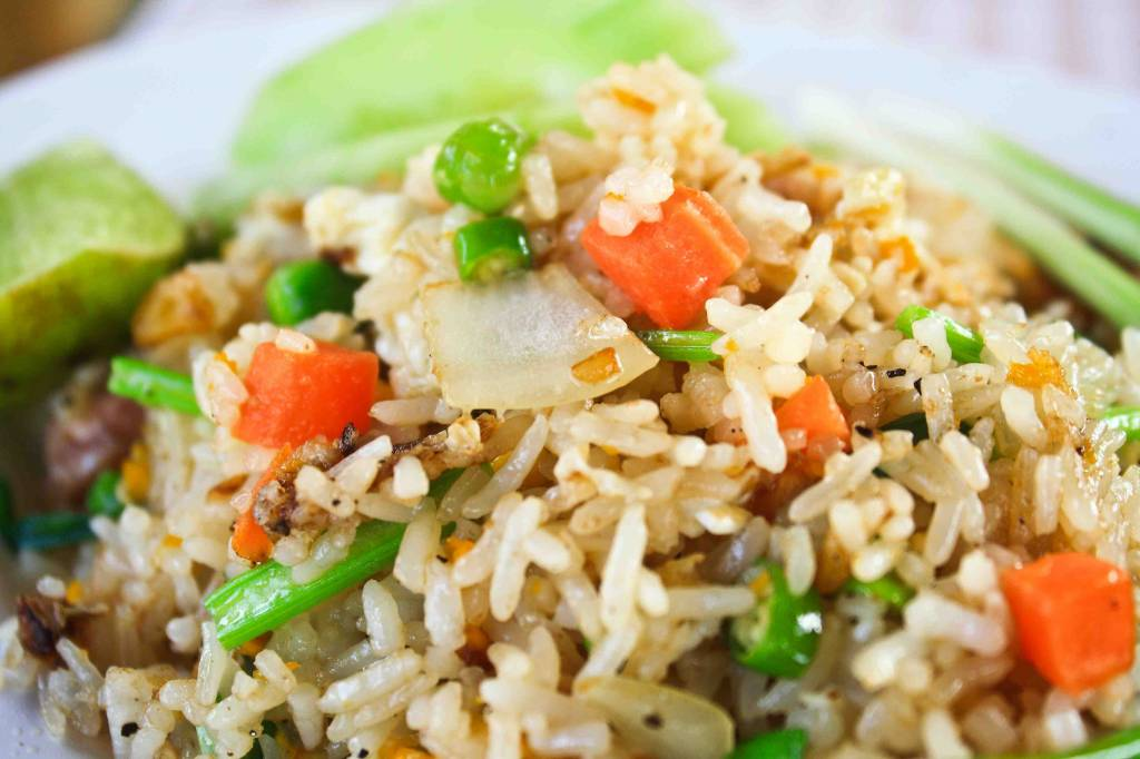 Nasi schotel rijkgevuld met groenten & kipsate met satesaus