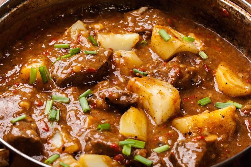 Hachee met oma's stoofpeertjes & gekookte aardappel