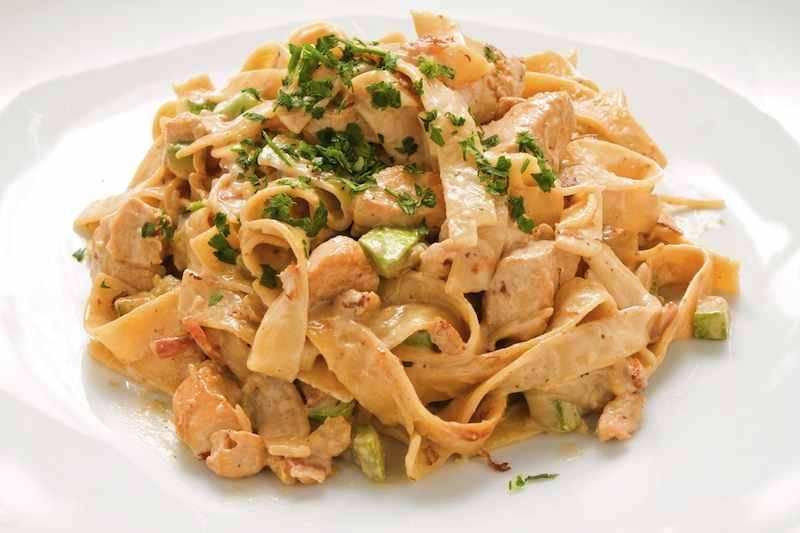 Pasta Carbonara met kip, spek, ui, champignons en spinazie