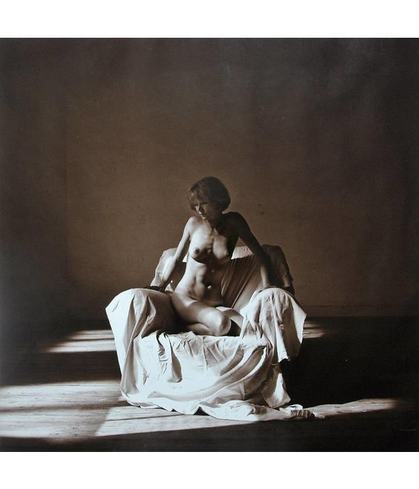 Sitting female nude, photograph by Lukas Roels