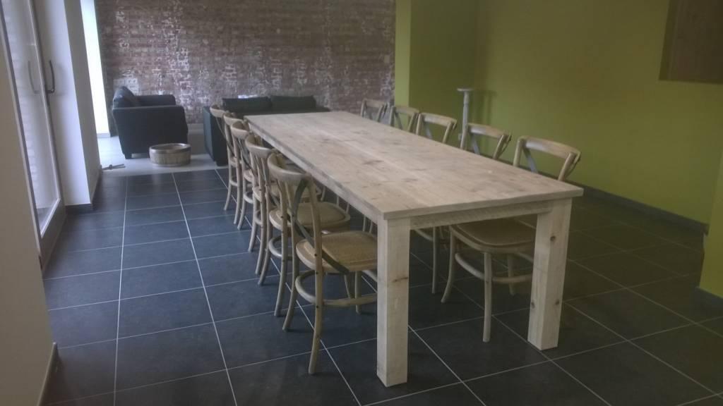 Deze steigerhouten tafel mag zeker niet missen in uw interieur