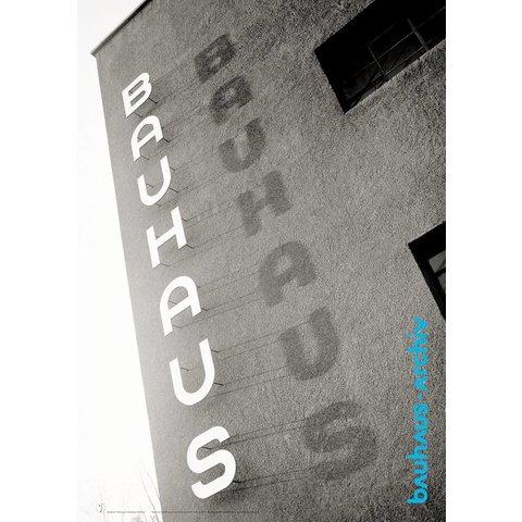 plakat: bauhaus-schriftzug am bauhaus dessau