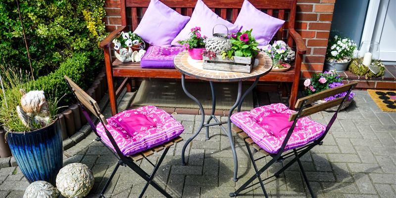 Tuinset met kleurrijke kussens