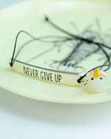 "Cute Clay ""Never give up"" - Armband mit Mini-Einhorn"