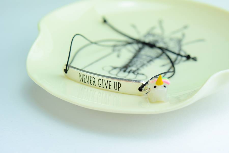 "Cute Clay ""Never give up"" - Armband mit Mini-Einhorn"