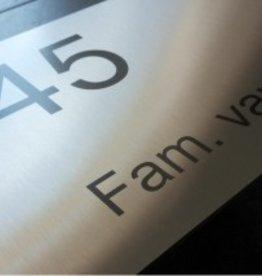 Huisnummer voorzien van tekst of logo