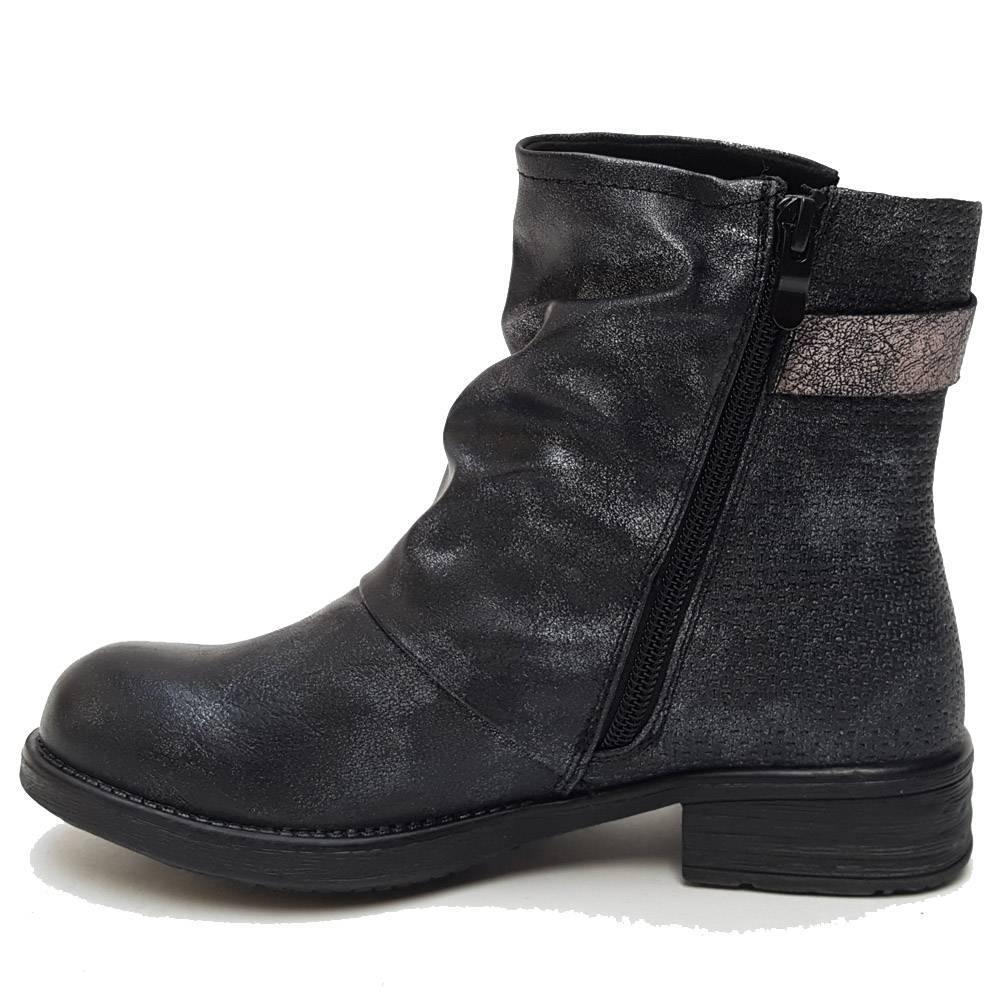 Brushed black boots
