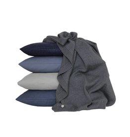 Set van kussens en een plaid in grijs en blauw tinten