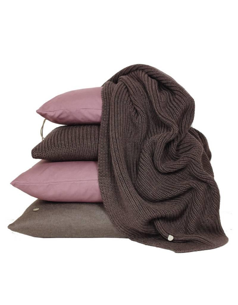 Set van kussen en een plaid in bruin en roze tinten