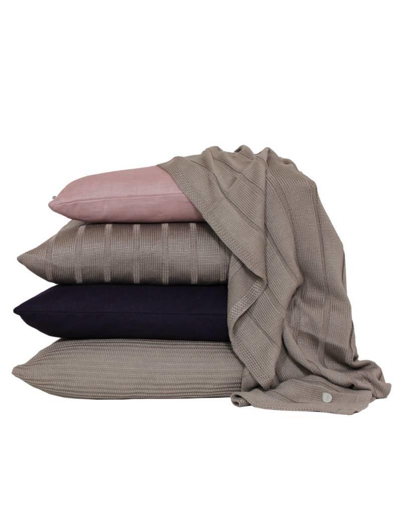 Set van kussens en een plaid in bruin en roze tinten