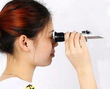 meisje kijkt door refractometer