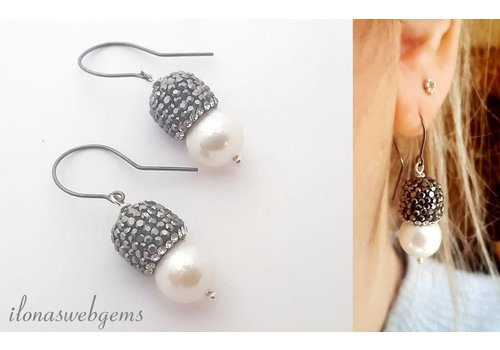 Inspiration earrings pearls and black plated earhooks
