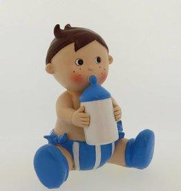 Baby jongetje zittend met een babyflesje