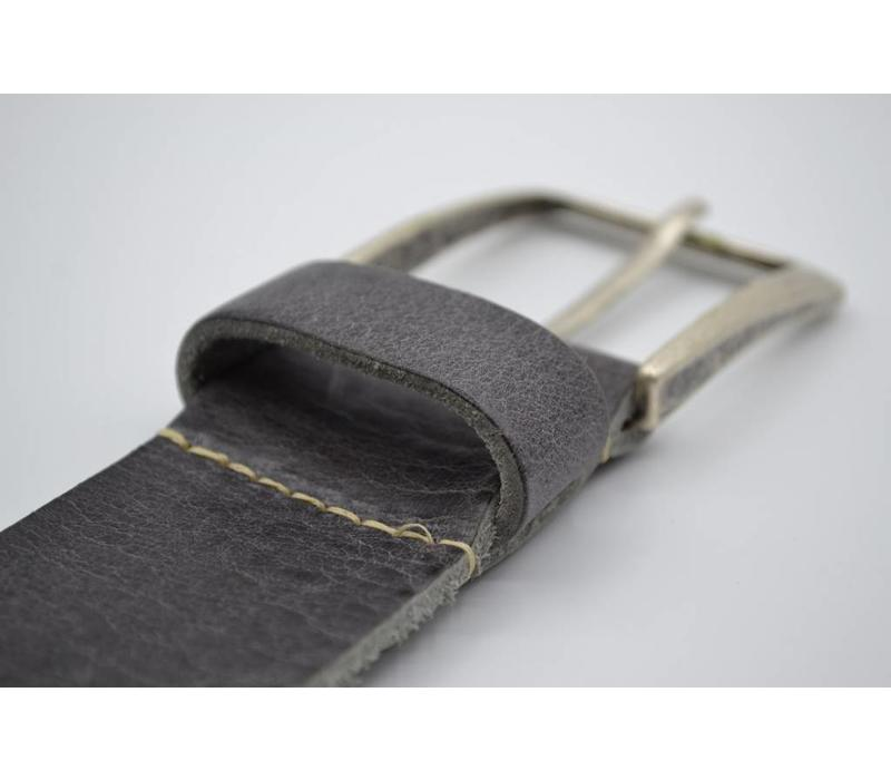 45mm brede Scottsbluf riem gemaakt van volnerf Italiaans washed leer. Afgewerkt met een contrasterend stiksel en nikkelvrije oud zilveren gesp.