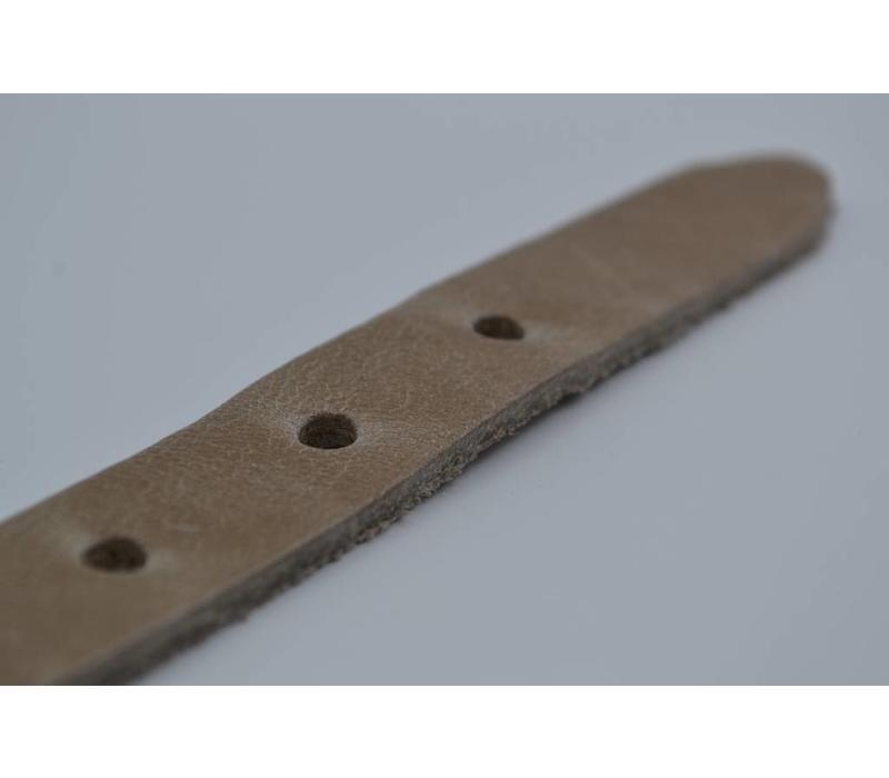 20mm italiaans volnerf lederen damesriem uitgevoerd met gunmetal nikkelvrije gesp studs op de lus.