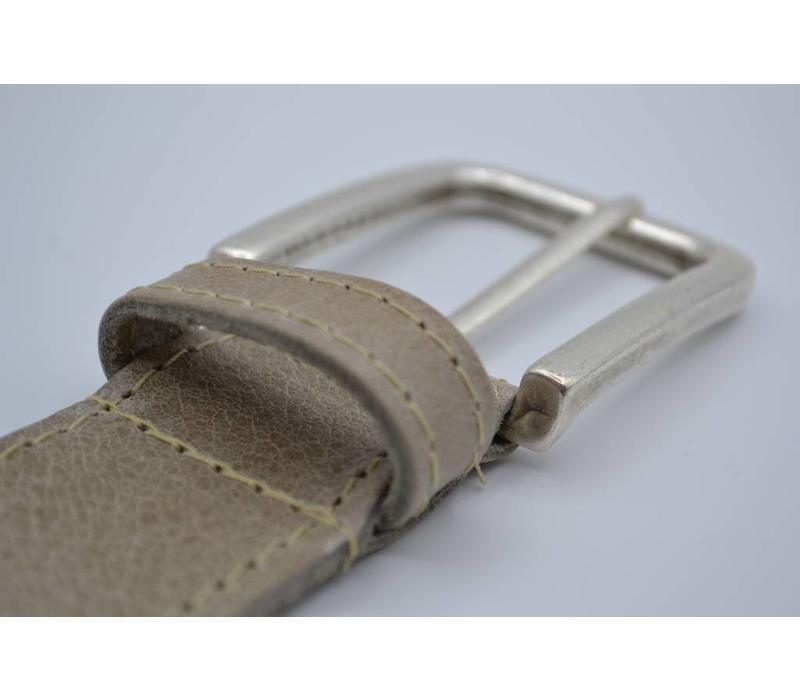 4cm brede rondgestikte riem van italiaans leder met een nette nikkelvrije oud-zilveren