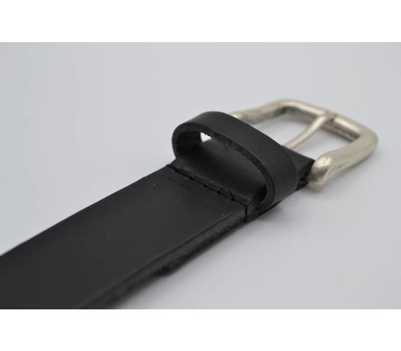Deze zwarte riem is gemaakt van Italiaans volnerf leer  en is geschikt voor zowel mannen als vrouwen. Met de oud-zilveren gesp en bijna 3.5mm dik leer heeft deze riem een juiste prijs kwaliteit verhouding