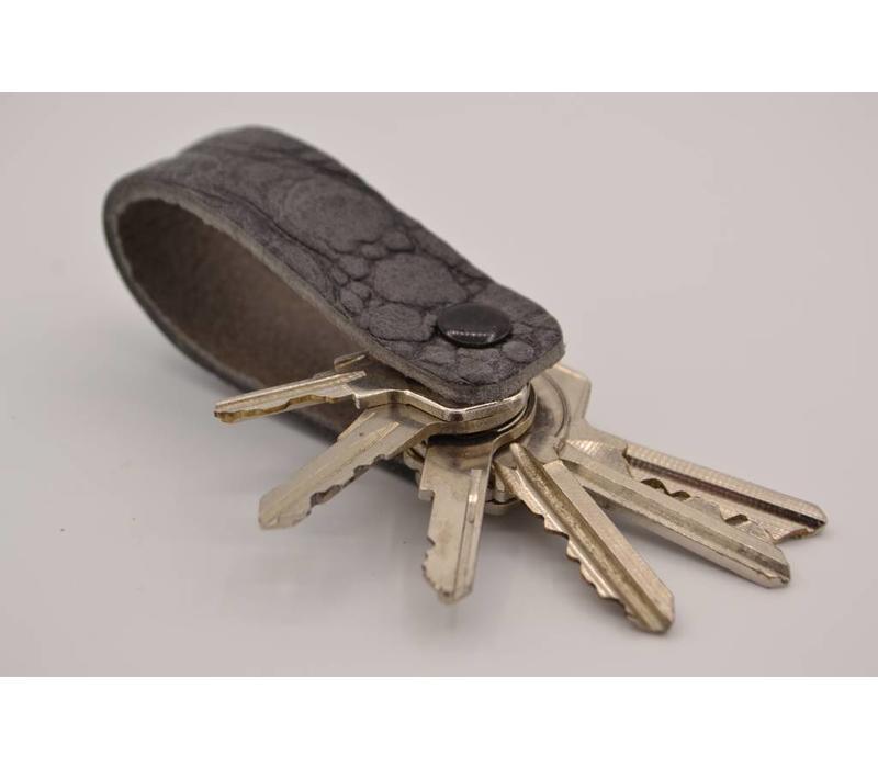 Deze echt lederen sleutelhanger met strak design heeft ruimte voor 7 sleutel.