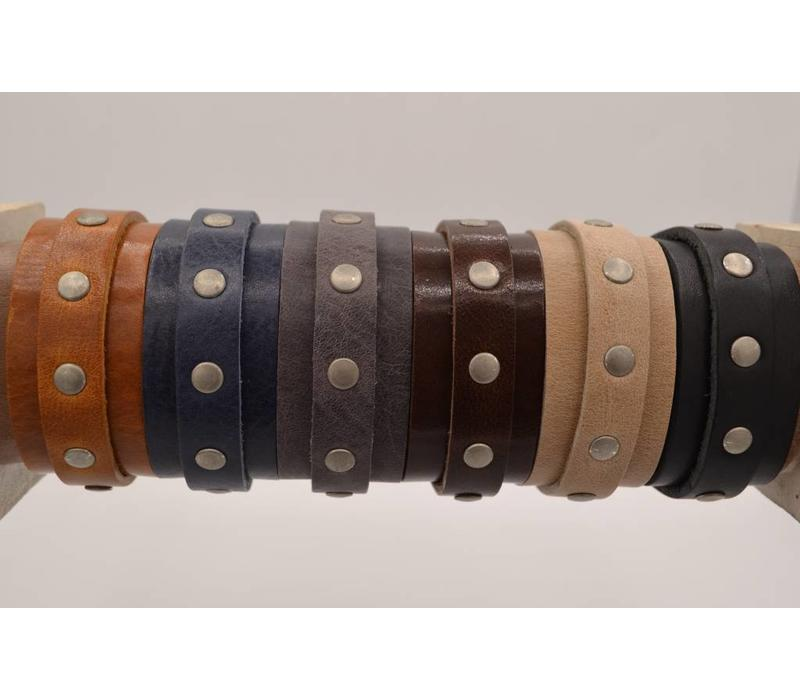 Stoere en stijlvolle armband van 3cm breed is voorzien van oud zilveren studs