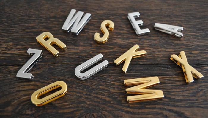 Riemen met gouden of zilveren letters