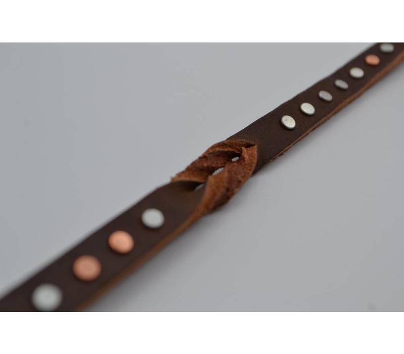 Smalle studriem voor dames uitgevoerd in het bruine met een speelse vlecht op de band