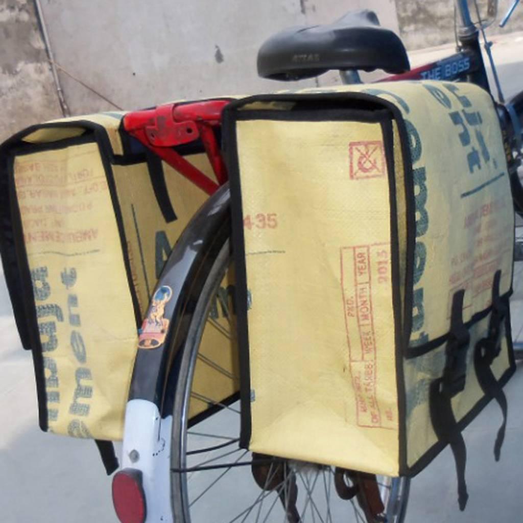 Used2b Fietstas Cement Ambuja, open, tekst op flap