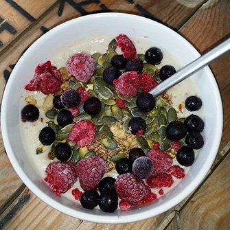 Havermoutpap met pompoenpitten, lijnzaad en fruit