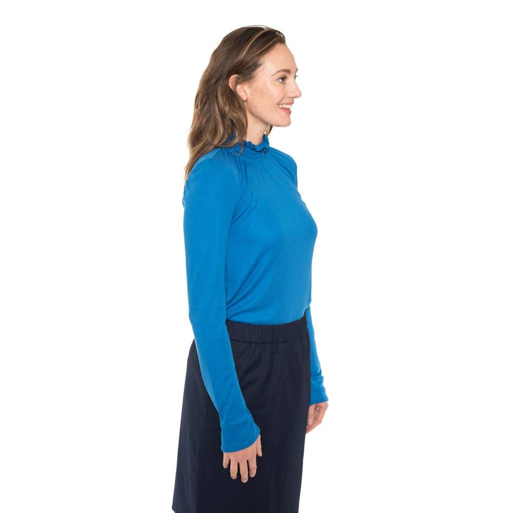 Fancy turtle neck with pearl closure