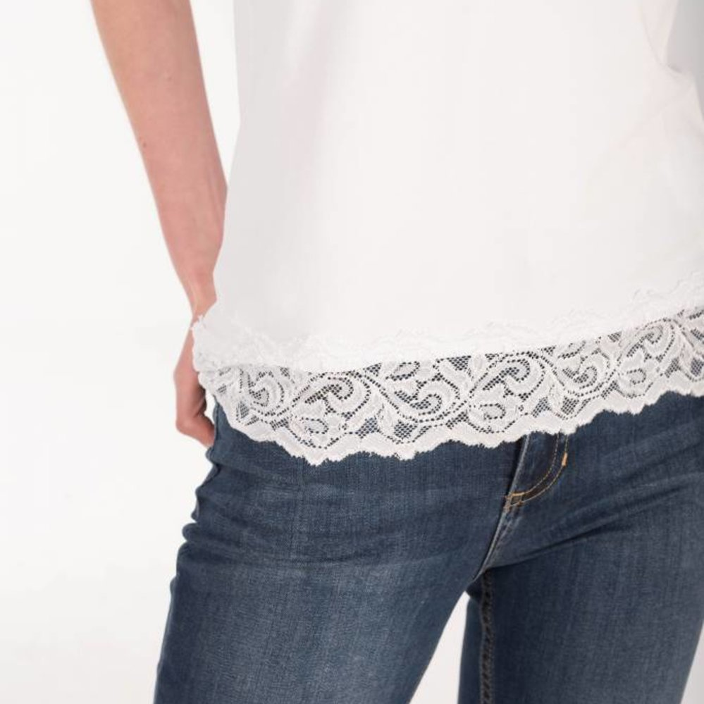 Vrouwelijk spaghetti hemdje met kant