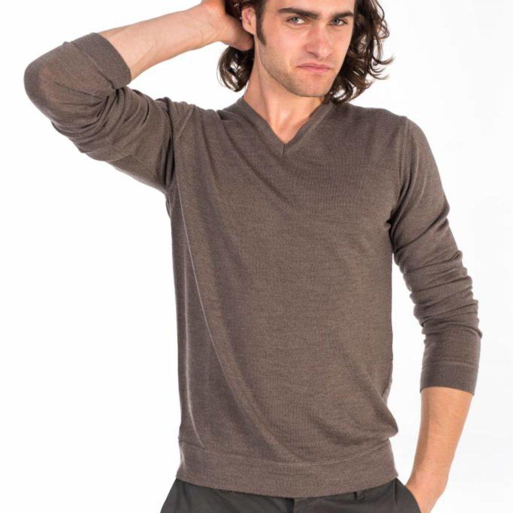 De perfecte stijlvolle v-hals merino wollen trui