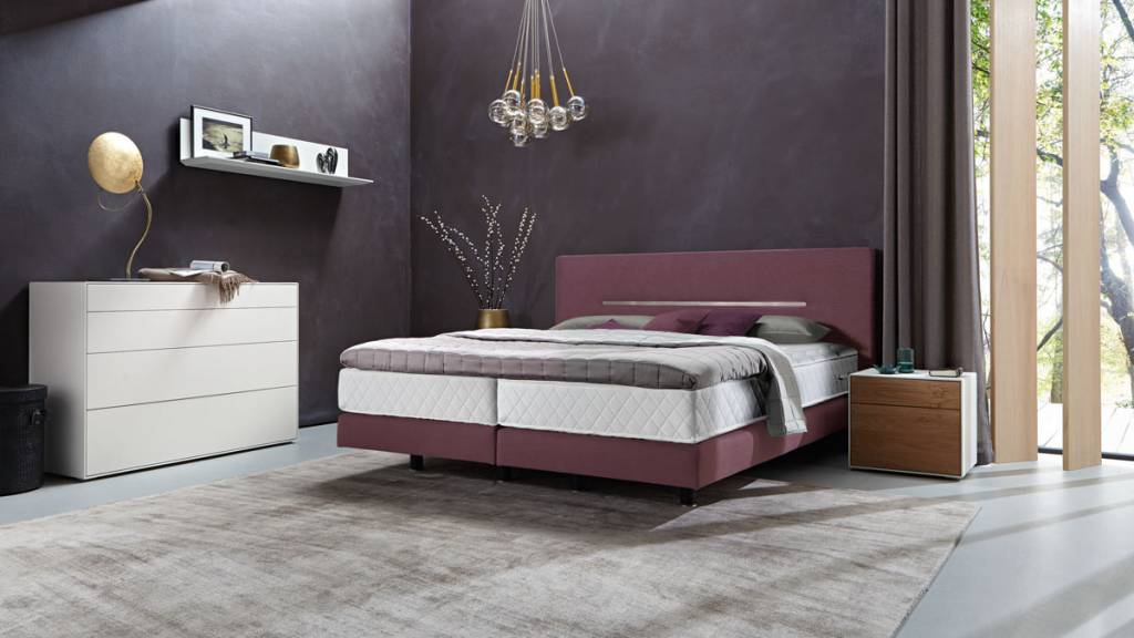 h lsta boxspring bett mit zierleiste in chromstahl. Black Bedroom Furniture Sets. Home Design Ideas