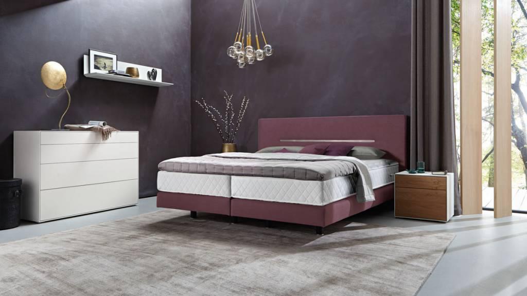 h lsta boxspring bett mit zierleiste in chromstahl. Black Bedroom Furniture Sets. Home Design Ideas