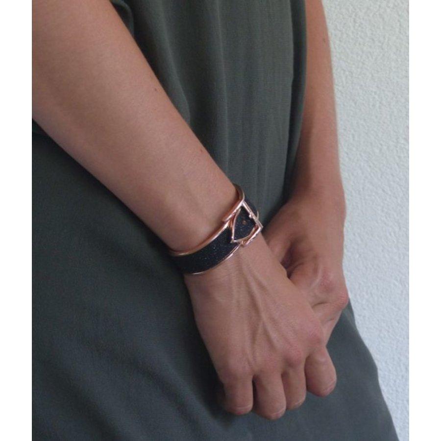 Gesp Stijlvolle rosékleurige gesp armband met zwarte bewerking
