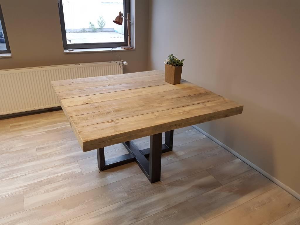 Vierkante eettafel u kruis firma hout staal for Decoratie op eettafel