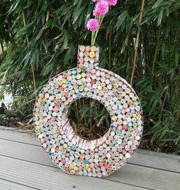 Ausgefallene bunte Vase in Ringform (H 53 cm) aus Recyclingpapier, handgefertigt
