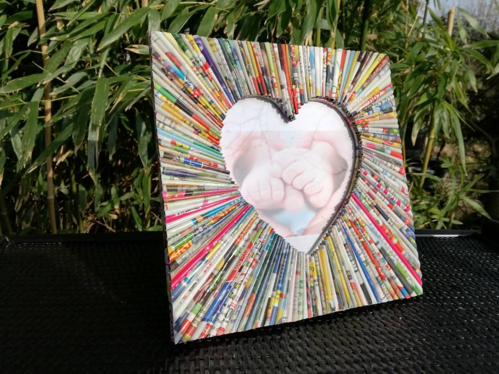 Bilderrahmen mit herzförmigen Ausschnitt aus buntem Recyclingpapier, handgefertigt