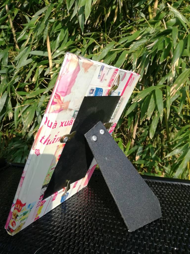 Fröhlicher trendiger und rechteckiger Bilderrahmen aus buntem Recyclingpapier, handgefertigt