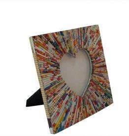 Bilderrahmen mit herzförmigen Ausschnitt aus buntem Recyclingpapier