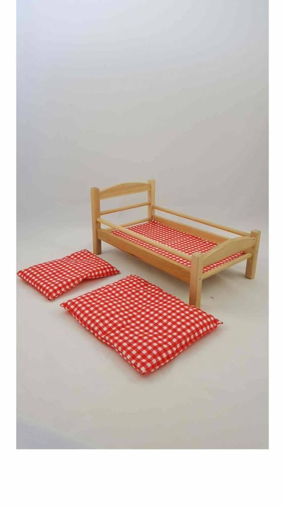 Süßes Puppenbett aus Holz mit rot-weiß kariertem Bezug